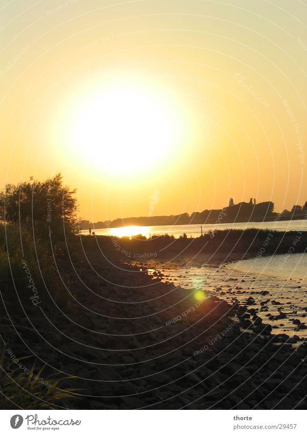 Elbe kurz vor Sonne weg Sonnenuntergang Strand Abend Fluss Stein Wasser