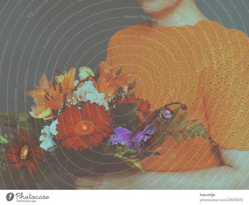 _ Frau Mensch Jugendliche Junge Frau Blume Erwachsene Leben feminin Feste & Feiern Mode orange Geburtstag Romantik Hochzeit Blumenstrauß Wachsamkeit