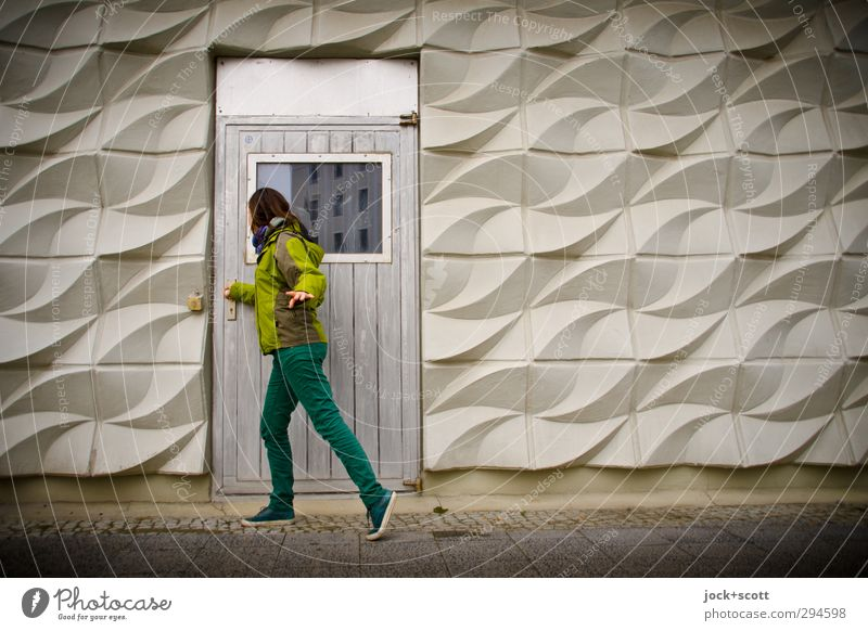 draußen vor der Tür 18-30 Jahre Fassade Hose Jacke Schuhe brünett langhaarig Beton Ornament stehen retro Wellenform DDR Körperhaltung Körperspannung Ostalgie