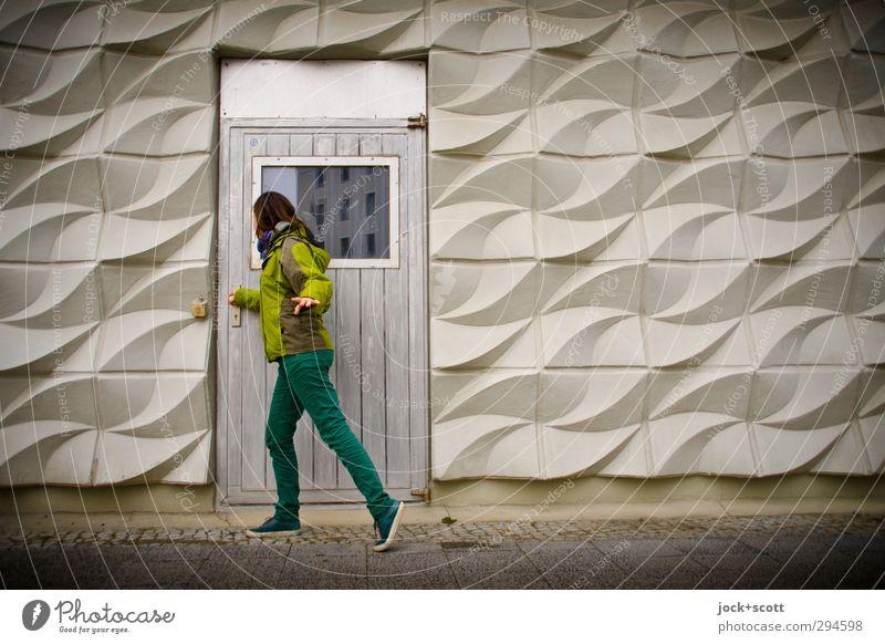 draußen vor der Tür Mensch Frau Jugendliche 18-30 Jahre Fenster Erwachsene Linie Metall Fassade elegant Tür stehen Schuhe Beton retro geheimnisvoll