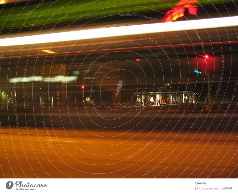 Lübeck bei Nacht rot Verkehr Bus Ampel Mischung
