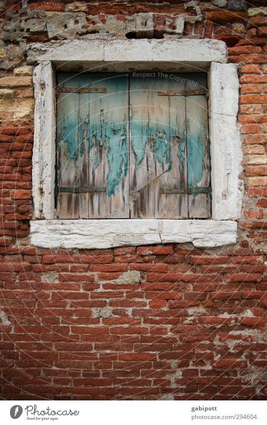Fenster auch zu Venedig Altstadt Haus Mauer Wand Fassade Stein alt trist Backstein Backsteinfassade Holz verfallen Farbe Unbewohnt geschlossen Fensterladen