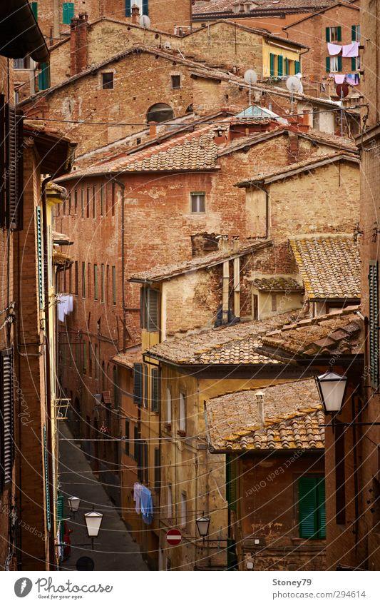 Siena Altstadt Ferien & Urlaub & Reisen Städtereise Stadt Stadtzentrum Haus Architektur Straße Gasse alt historisch braun Tradition Toskana Wäsche Italien
