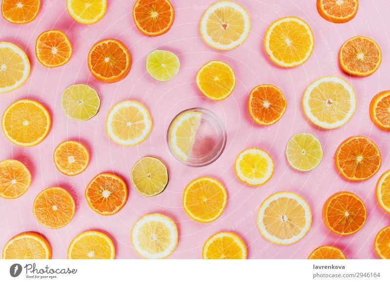 Zitronenwasser mit verschiedenen Zitrusfrüchten in Scheiben geschnitten Diät flache Verlegung Lebensmittel Gesunde Ernährung Speise frisch Frucht Hand Limone