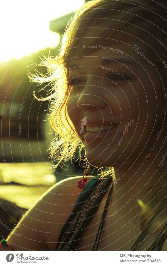 smiling sunset feminin Junge Frau Jugendliche 1 Mensch 18-30 Jahre Erwachsene Sonnenaufgang Sonnenuntergang Sonnenlicht Sommer Schönes Wetter Piercing Locken