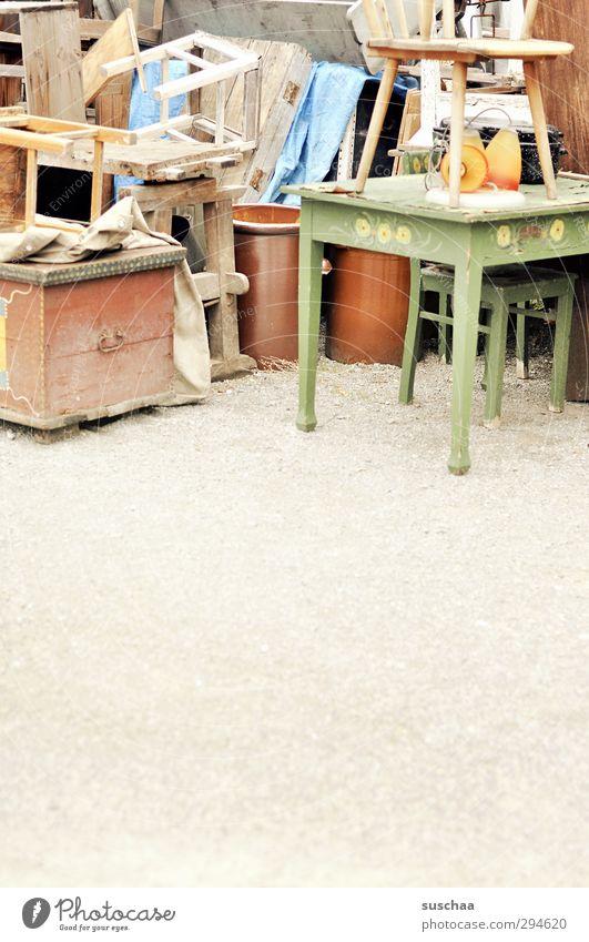 ausrangiert Holz alt Armut dreckig hässlich kaputt schön Verfall Vergänglichkeit abgestellt Möbel Einrichtungsgegenstände Antiquität Schrottplatz Trödel Tisch
