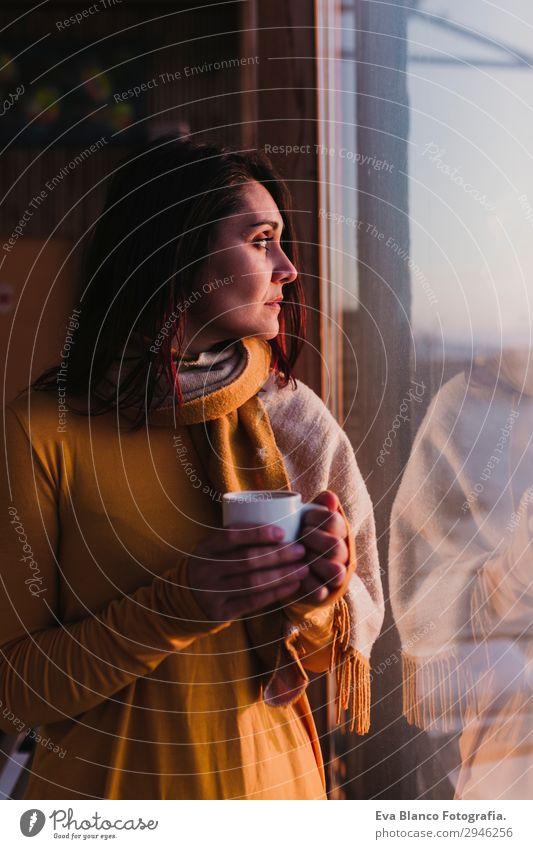 Frau genießt frischen Kaffee bei Sonnenuntergang Frühstück Getränk Espresso Tee Lifestyle Glück schön Erholung Strand Mensch feminin Junge Frau Jugendliche