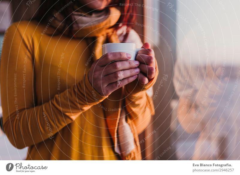Frau genießt frischen Kaffee bei Sonnenuntergang am Strand Frühstück Getränk Espresso Tee Lifestyle Glück schön Erholung Mensch feminin Junge Frau Jugendliche