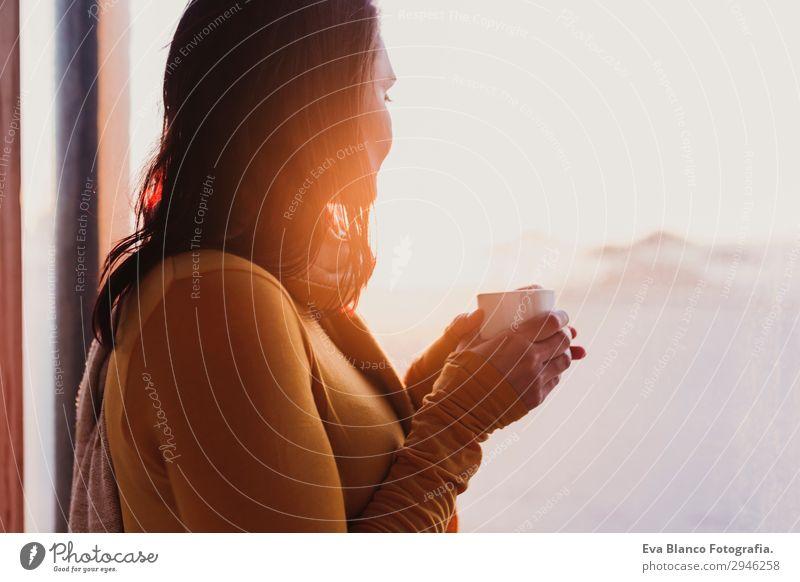 Frau genießt frischen Kaffee bei Sonnenuntergang am Strand Frühstück Getränk Espresso Tee Lifestyle Glück schön Erholung Freizeit & Hobby Mensch feminin