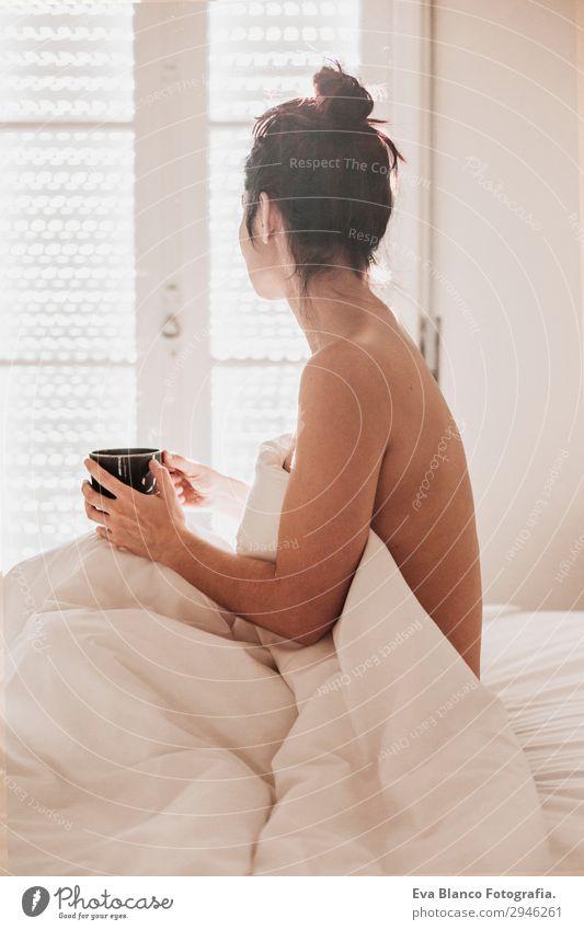 Frau im Bett bei einer Tasse Kaffee. Morgens Getränk Lifestyle Glück schön Körper Erholung Sonne Wohnung Haus Schlafzimmer feminin Junge Frau Jugendliche