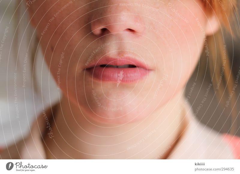 Rosa Lippen Mund rothaarig Bluse rosa Aprikose Nase Gesicht Nahaufnahme Hals Schwache Tiefenschärfe Porträt Licht Leberfleck schön Denken nachdenklich Wange