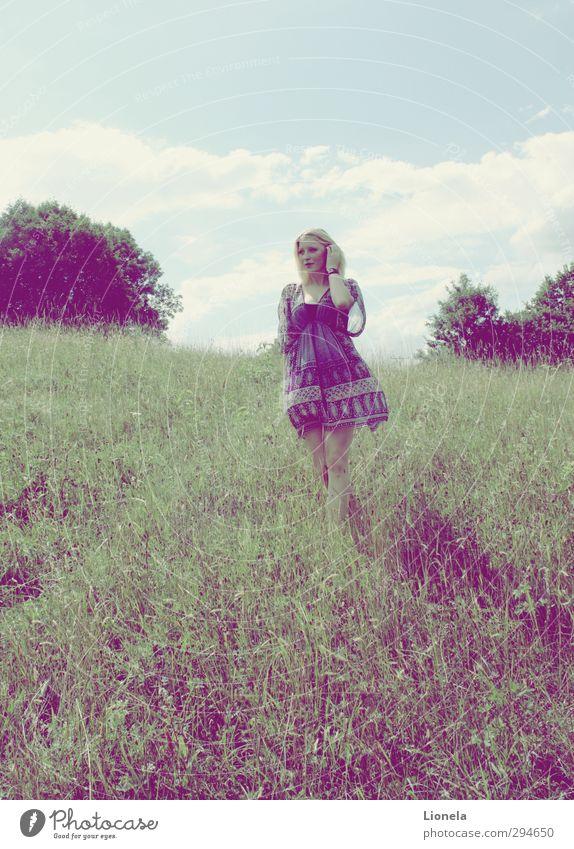 Sommergefühle Freiheit Sonne feminin Frau Erwachsene 18-30 Jahre Jugendliche Natur Landschaft Wolken Wiese Kleid blond Denken laufen ästhetisch einfach