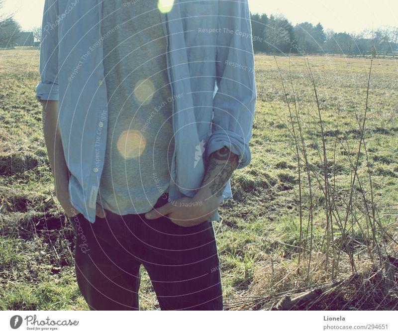 Mann maskulin Körper 1 Mensch 18-30 Jahre Jugendliche Erwachsene Natur Landschaft Gras Wald Hemd Hose natürlich blau grün Sonnenspiegelung Tattoo lässig