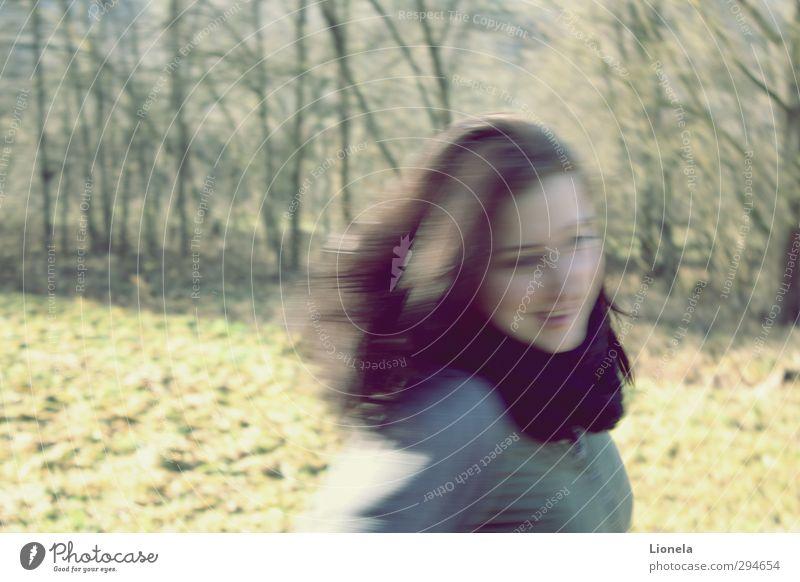 Frei wie die Vögel im Wind Freiheit 13-18 Jahre Kind Jugendliche 18-30 Jahre Erwachsene Natur Baum Gras brünett langhaarig drehen fliegen rennen Fröhlichkeit