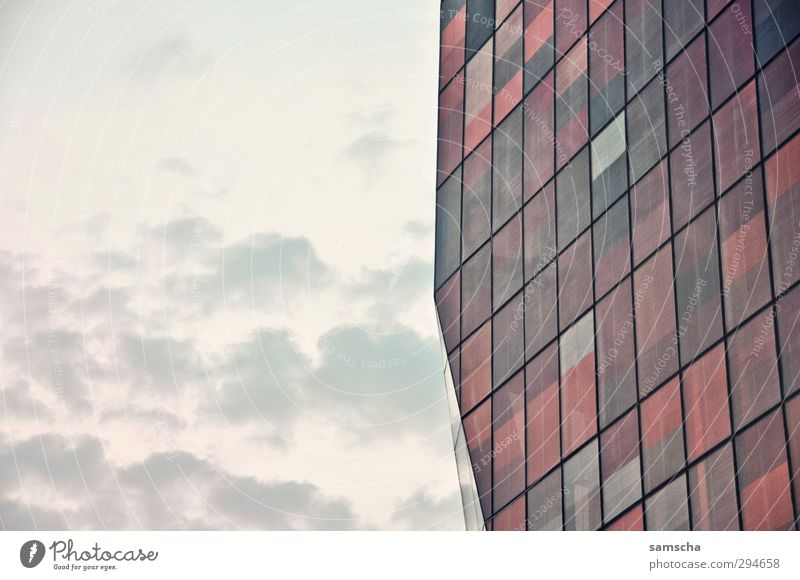 gerastert Himmel Stadt Wolken Fenster Architektur Gebäude Fassade Glas groß Bauwerk Teilung Stadtzentrum Fensterscheibe eckig Raster Glasscheibe