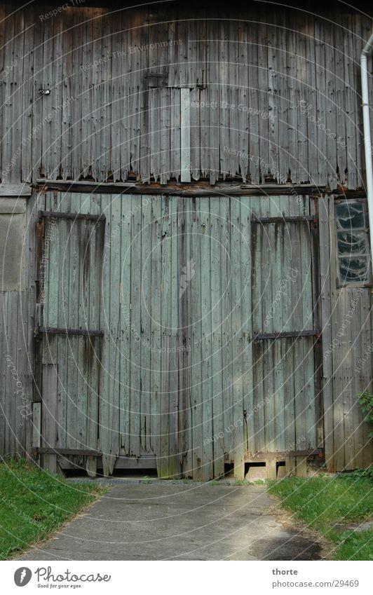 Scheune Holz Einfahrt grün morsch Tor Rasen alt