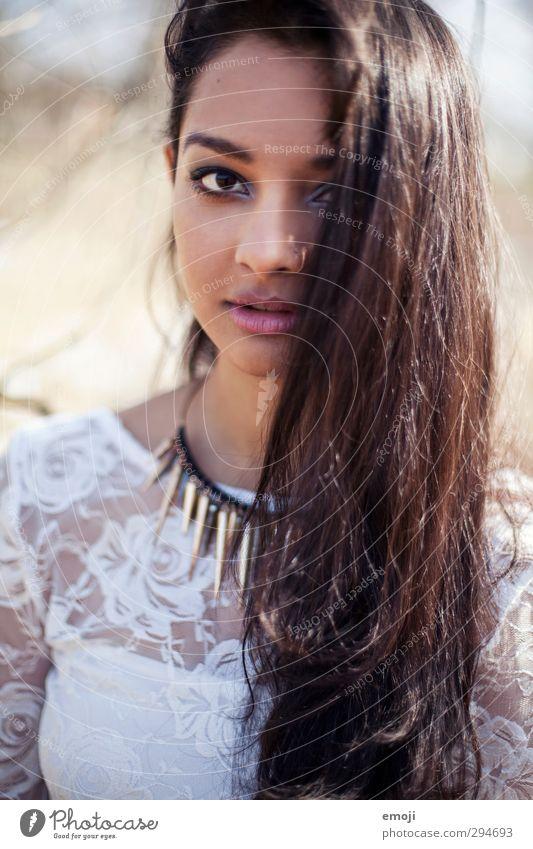 spikes feminin Junge Frau Jugendliche Haare & Frisuren 1 Mensch 18-30 Jahre Erwachsene brünett langhaarig trendy schön dunkelhäutig Inder Farbfoto Außenaufnahme