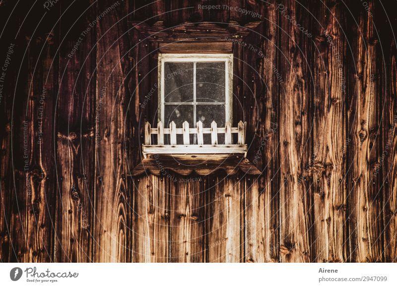 Blumenkasten (ohne Blumen) Holzhaus Holzwand Fassade Fenster alt dunkel gruselig braun weiß Armut verborgen geheimnisvoll Unbewohnt geschlossen ländlich klein