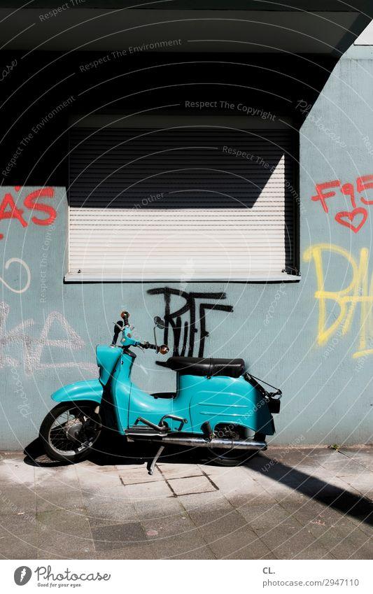 roller Düsseldorf Stadt Menschenleer Haus Mauer Wand Fenster Verkehr Verkehrsmittel Verkehrswege Straßenverkehr Wege & Pfade Fahrzeug Kleinmotorrad Graffiti