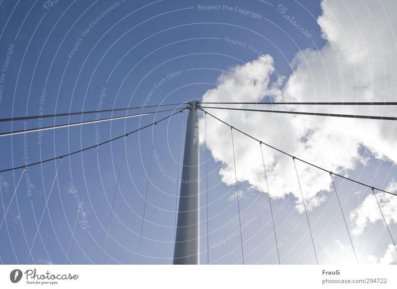 geteilter Himmel- Lichtblick Wolken Sonnenlicht Sommer Schönes Wetter Brücke Metall Linie blau grau weiß Mittelpunkt Netzwerk Brückenpfeiler Drahtseil