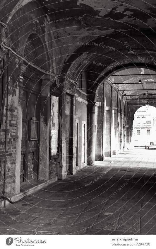 am ende Ferien & Urlaub & Reisen Venedig Stadt Ruine Tunnel Bauwerk Mauer Wand Arkaden alt dunkel rund Gefühle Schmerz Sehnsucht Einsamkeit Tod Verfall