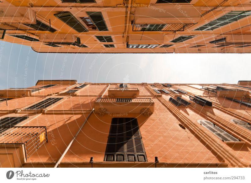 Noch 2 Wochen bis zur Sommerzeit Wolkenloser Himmel Schönes Wetter Wärme Stadt Stadtzentrum Haus Bauwerk Mauer Wand Fassade Balkon Fenster ästhetisch terracotta