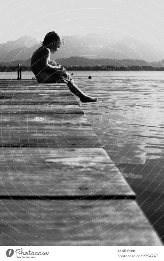 summer sadness Sommer kalt Traurigkeit Schwimmen & Baden See träumen Freizeit & Hobby sitzen Pause Seeufer Steg frieren sommerlich Schwarzweißfoto