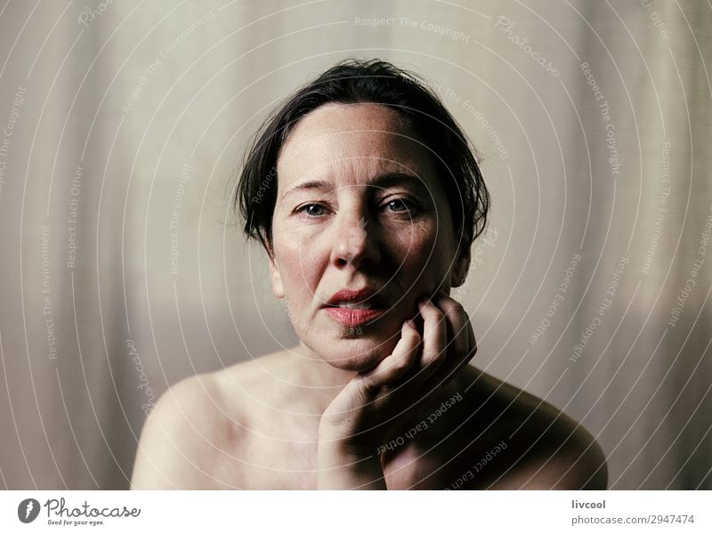mit Blick auf das Leben im Vordergrund Lifestyle schön Gesicht Erholung feminin Frau Erwachsene Weiblicher Senior 45-60 Jahre Denken Gelassenheit reif