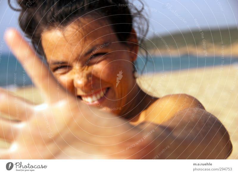 Dir ausgehändigt! Jugendliche Ferien & Urlaub & Reisen schön Sommer Hand Sonne Meer Strand Junge Frau Gesicht Ferne Auge feminin Haare & Frisuren Freiheit Kopf