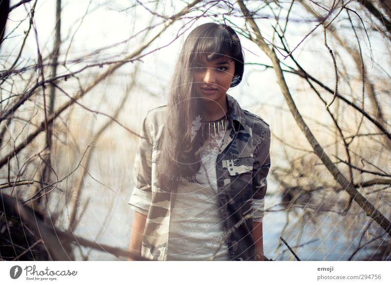 dazwischen. feminin Junge Frau Jugendliche 1 Mensch 18-30 Jahre Erwachsene Natur trendy schön Farbfoto Außenaufnahme Tag Schwache Tiefenschärfe Porträt