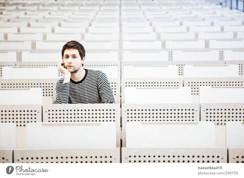 Hörsaal allein Mensch Jugendliche Junger Mann 18-30 Jahre Erwachsene maskulin Erfolg sitzen lernen einzeln Studium Neugier Schulgebäude Bildung Student Wissenschaften