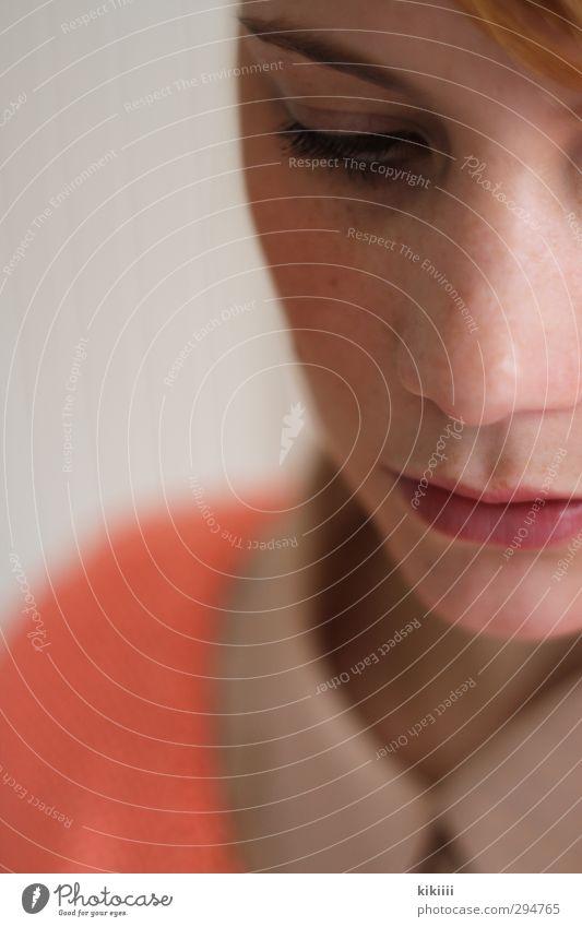 Greta Porträt Nase Mund Anschnitt lachsfarben orange rosa Unschärfe Schwache Tiefenschärfe Blick nach unten Kragen Bluse Denken nachdenklich Traurigkeit