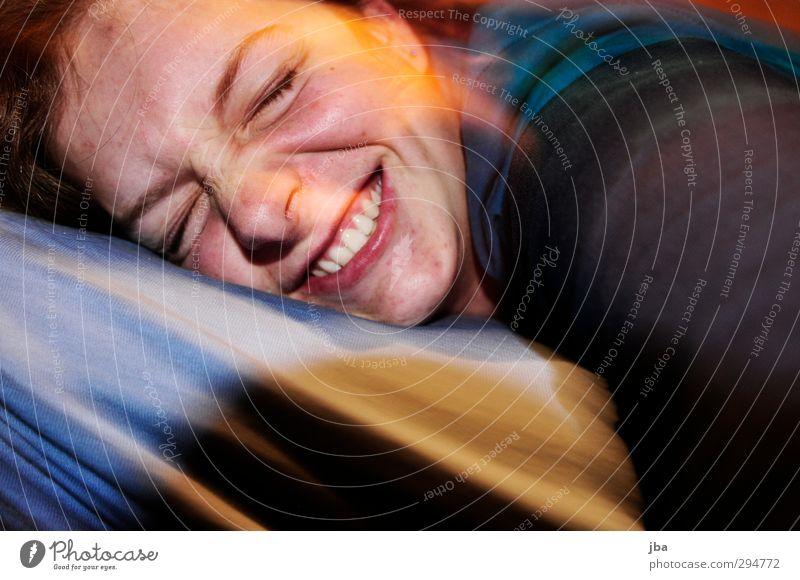 grins Mensch Jugendliche Freude Junge Frau Gesicht Erwachsene feminin lachen Bewegung 18-30 Jahre Glück liegen Zufriedenheit authentisch Fröhlichkeit Coolness