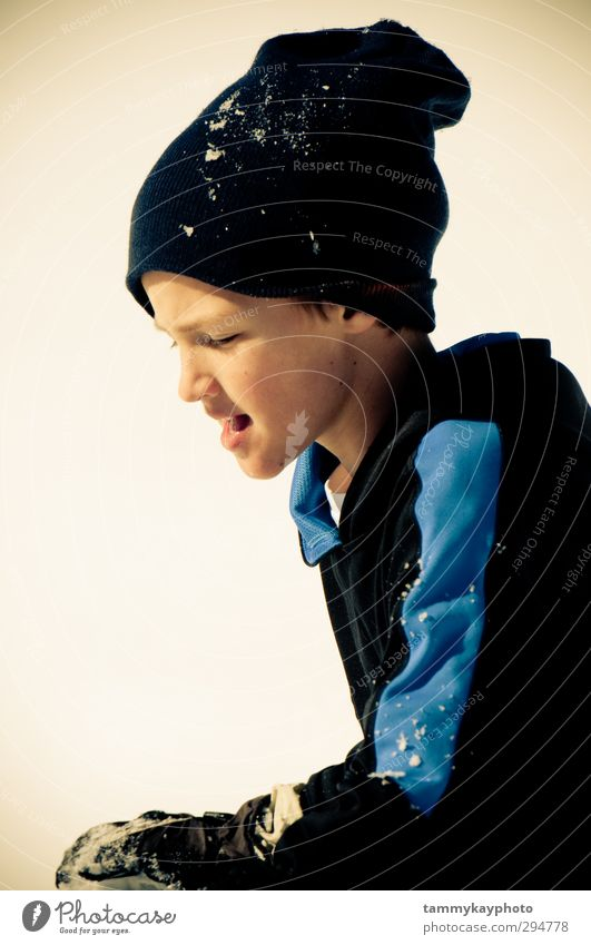 Kleiner Junge im Schnee Ferien & Urlaub & Reisen Winter Winterurlaub Kind 1 Mensch 8-13 Jahre Kindheit Hut Spielen kalt Gedeckte Farben Nahaufnahme Wegsehen