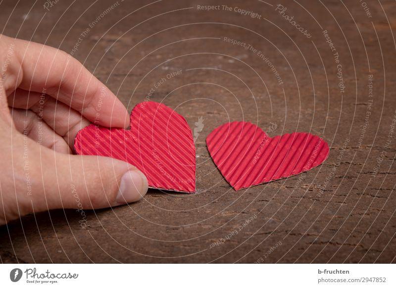 Zwei Herzen aus Pappe Finger Zeichen wählen gebrauchen festhalten rot Sympathie Freundschaft Zusammensein Liebe Verliebtheit Treue Romantik Begierde paarweise 2