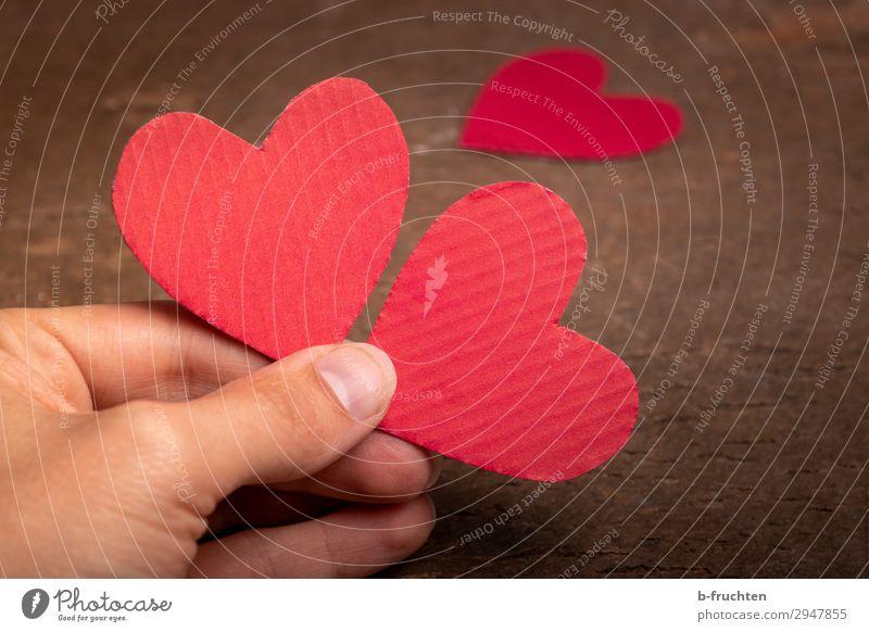 Zwei Herzen Freude Zufriedenheit Mann Erwachsene Hand Finger Papier Zeichen wählen berühren festhalten Liebe rot Lebensfreude Frühlingsgefühle Optimismus