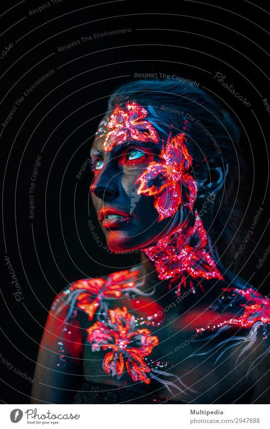 Schöne Blumen im UV-Licht auf Gesicht und Körper eines jungen Mädchens. Stil schön Schminke Frau Erwachsene Kunst Urelemente Erde Wasser Mode Liebe fantastisch