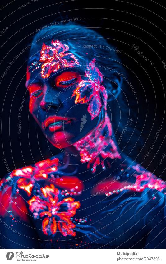 Schöne Blumen im UV-Licht auf Gesicht und Körper eines jungen Mädchens. Stil schön Schminke Frau Erwachsene Kunst Urelemente Erde Wasser Liebe fantastisch