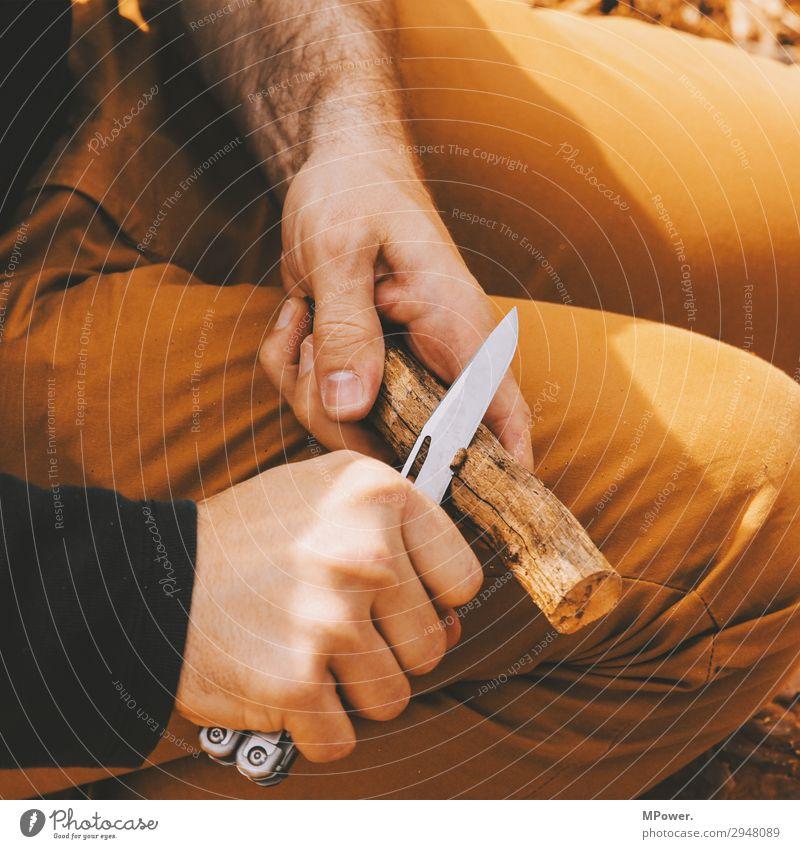 mit gezückter Klinge Mensch Hand 1 Arbeit & Erwerbstätigkeit Messer Klappmesser Holz schnitzen Handarbeit Späne Ast Außenaufnahme Outback Wald