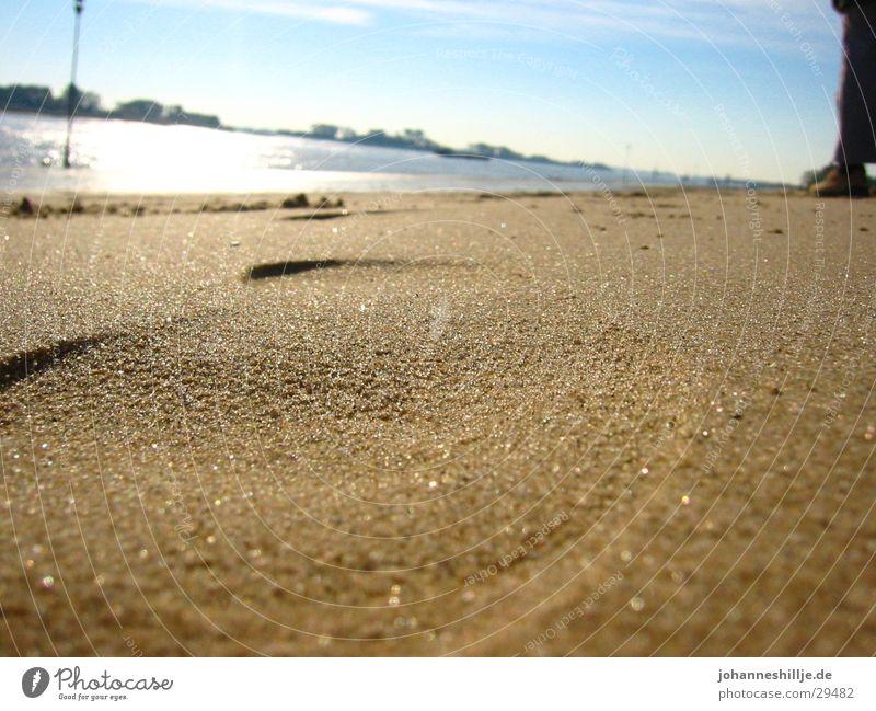 Schuhabdruck im Sand Sonne Meer Sommer Strand See Fluss Fußspur Weser