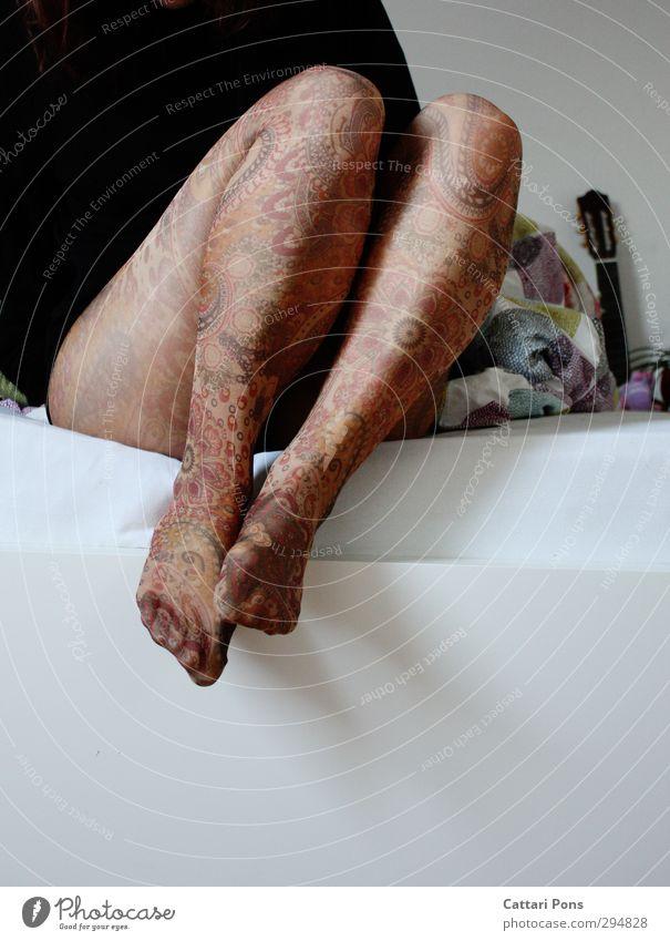bunte Beine Stil Design Mode Strumpfhose Stoff berühren sitzen dünn Freundlichkeit hell schön einzigartig viele Wärme feminin mehrfarbig Muster Hennamalerei
