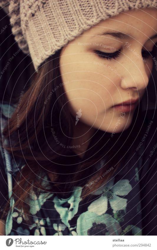 hurt Junge Frau Jugendliche Gesicht 1 Mensch Mütze brünett Traurigkeit Gefühle ruhig Sorge Trauer Liebeskummer Schmerz Sehnsucht Heimweh Enttäuschung Einsamkeit