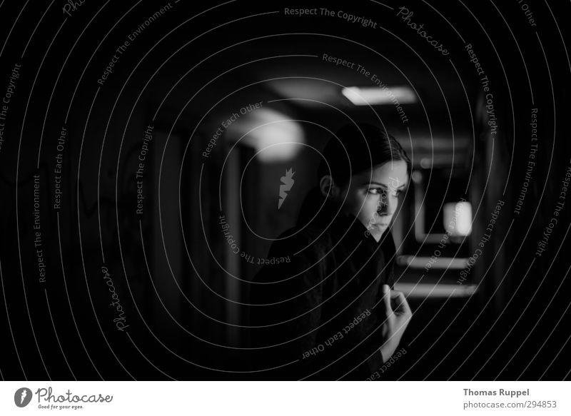 Blick aus dem Dunkeln Mensch Frau Jugendliche Einsamkeit Junge Frau Gesicht Erwachsene Fenster Wand feminin 18-30 Jahre Mauer Gebäude Abenteuer Dach bedrohlich