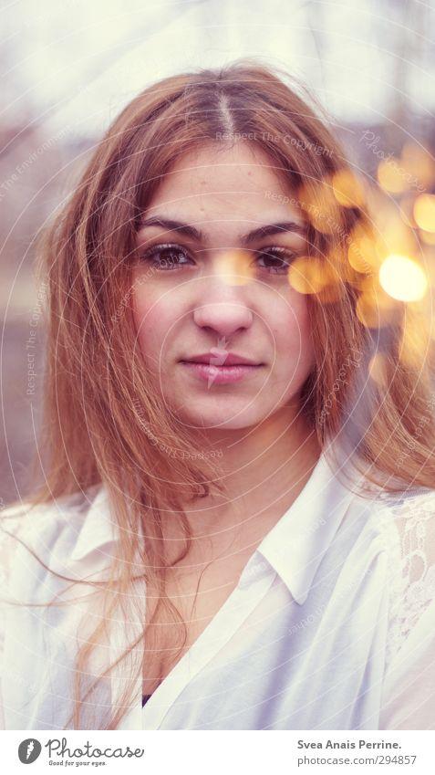 wärme. feminin Junge Frau Jugendliche Kopf Haare & Frisuren Gesicht Mund Lippen 1 Mensch 18-30 Jahre Erwachsene Umwelt Mode brünett langhaarig beobachten
