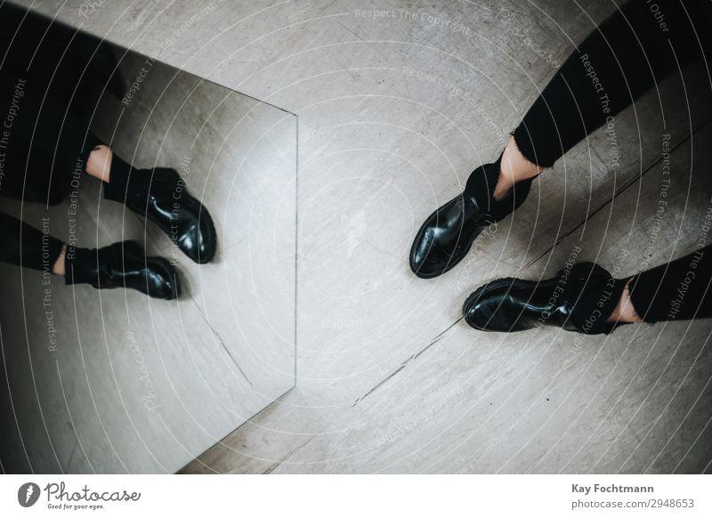 Spiegel und Beine Lifestyle kaufen elegant Stil feminin 1 Mensch 18-30 Jahre Jugendliche Erwachsene Jeanshose Schuhe Stiefel ästhetisch Coolness eckig trendy