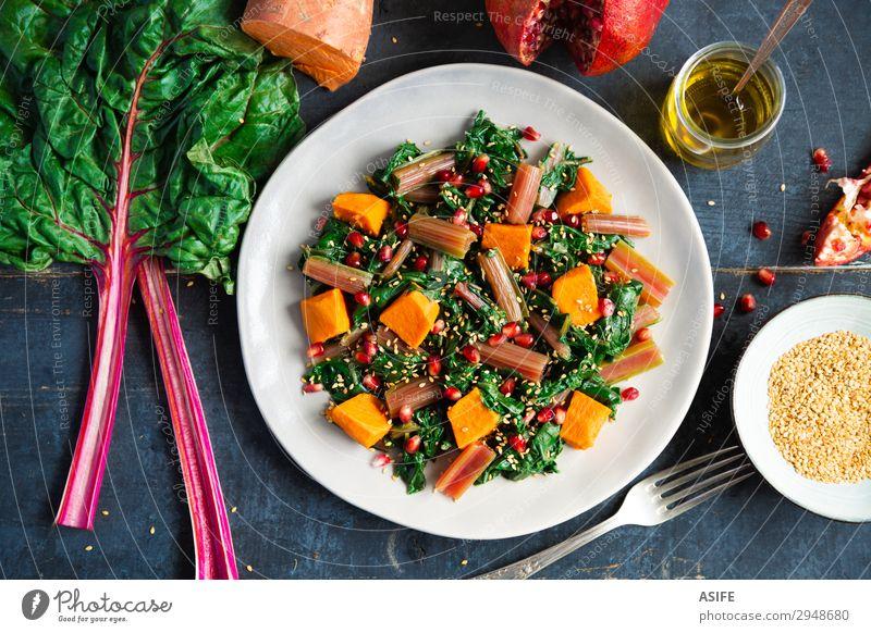 Mangold mit Süßkartoffel und Granatapfel Gemüse Frucht Ernährung Essen Abendessen Vegetarische Ernährung Diät Teller Gabel Blatt frisch lecker blau grün rot