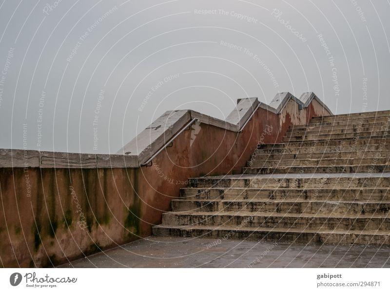 langsam könnte es aufwärts gehen mit dem Wetter Himmel Wolken schlechtes Wetter Venedig Treppe trist grau Treppengeländer Niveau steigend Richtung Zickzack