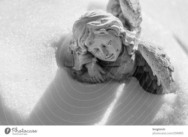 Schnee-Engel Skulptur Winter Stein schlafen träumen Traurigkeit grau weiß Mitgefühl trösten ruhig Hoffnung Glaube Trauer Tod Friedhof Flügel Gesicht