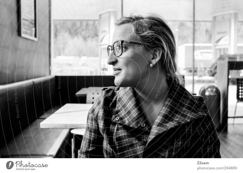 lena Lifestyle Mensch feminin Junge Frau Jugendliche 18-30 Jahre Erwachsene Hemd Piercing Ohrringe Brille blond langhaarig beobachten Lächeln Blick leuchten