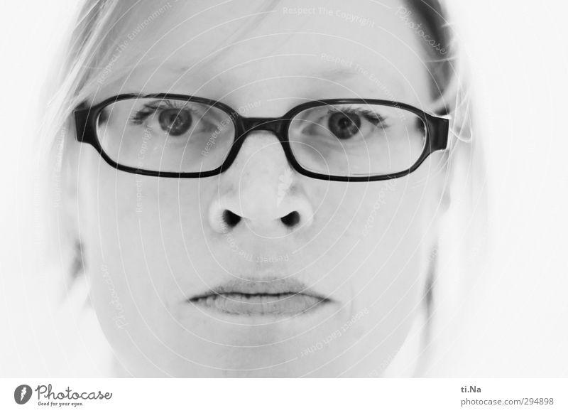Sternzeichen Fische feminin Frau Erwachsene Kopf 30-45 Jahre atmen hell grau schwarz silber weiß Leben Brille Brillenträger Schwarzweißfoto Nahaufnahme Licht